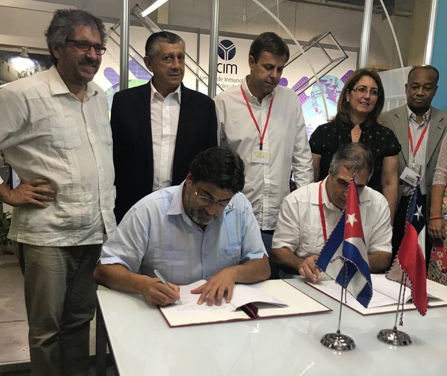 Alcaldes chilenos viajan a Cuba para importar medicamentos a precio justo