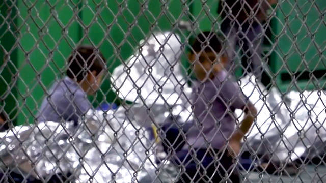 """""""Muchos deportados no saben dónde están sus hijos"""": Cómo la ley de Clinton de 1996 justifica la criminalización actual de inmigrantes"""
