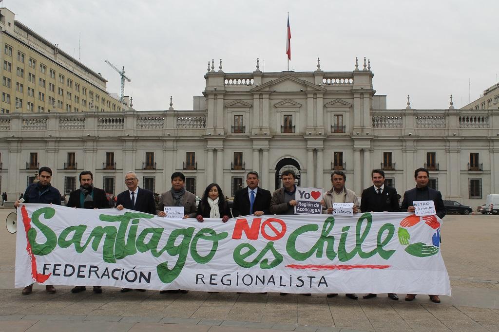 Federación Regionalista apoyó creación de la Región de Aconcagua frente al Palacio de La Moneda