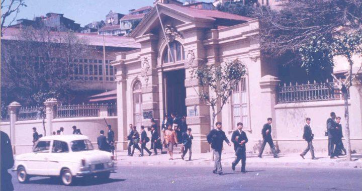«Valparaíso: nostalgias de un liceano», de Carlos Carstens Soto, crónica de Eddie Morales Piña