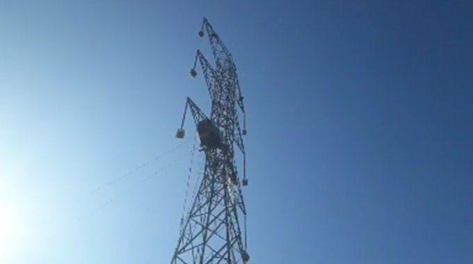 Tensa situación en La Dormida: quedan dos ocupantes y están a 70 metros de altura