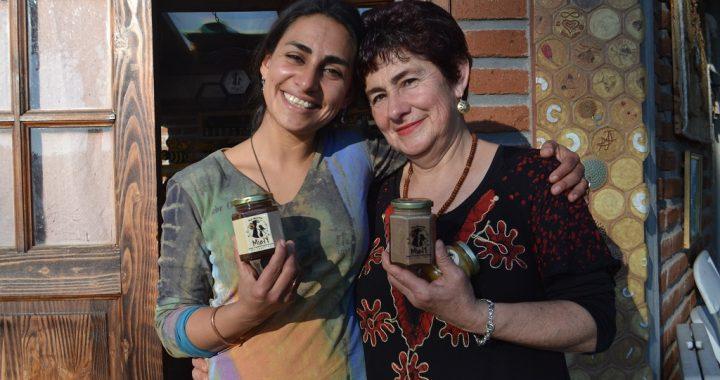 Casablanca: Madre e hija mantienen viva centenaria producción de abejas