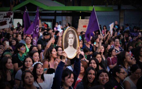 Día Mundial de la Mujer: cómo la pandemia evidenció la desigualdad de género durante la vejez en Chile